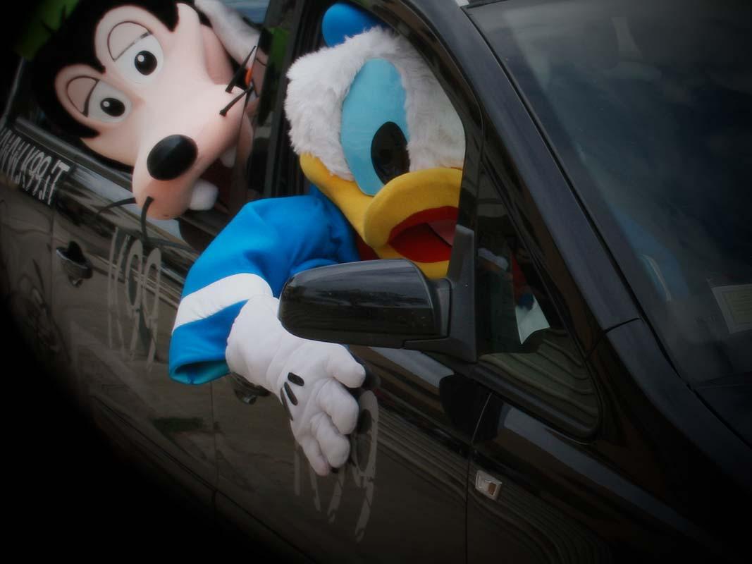 Silvian Heach Angeli Davide Marketing non convenzionale, paperino, topolino e pippo che guidano un automobile