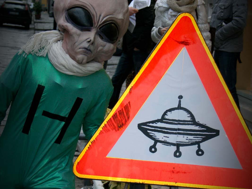Marketing non convenzionale alieno con cartello